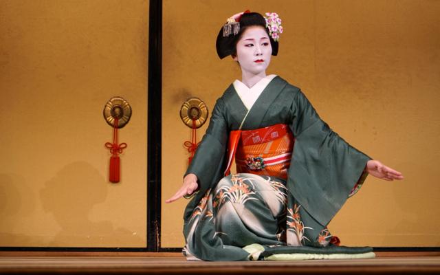 Gion Corner Traditional Maiko Dance Performance
