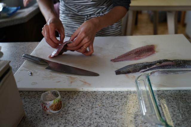 Separate fish skin / Отделить кожу от рыбы
