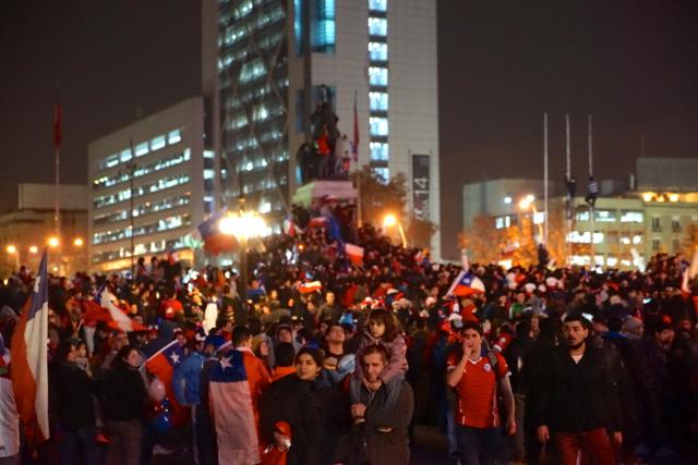 Площадь Италии. Болельщики празднуют победу сборной Чили.