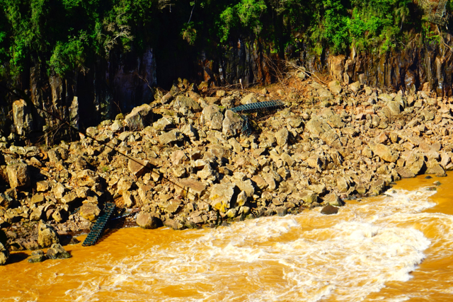 Остатки смытого наводнением моста.