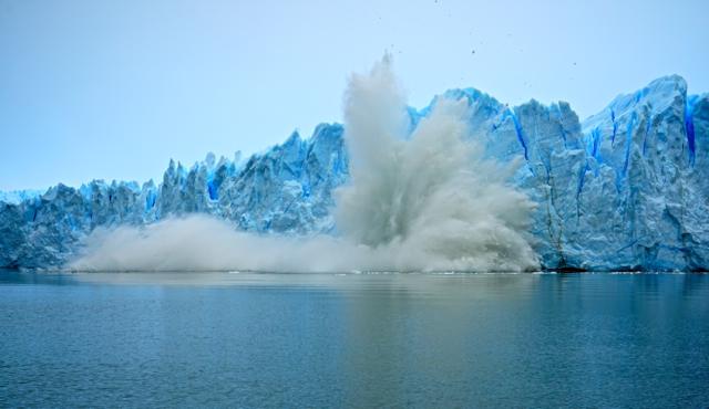 Глыбы льда откалываются от ледника