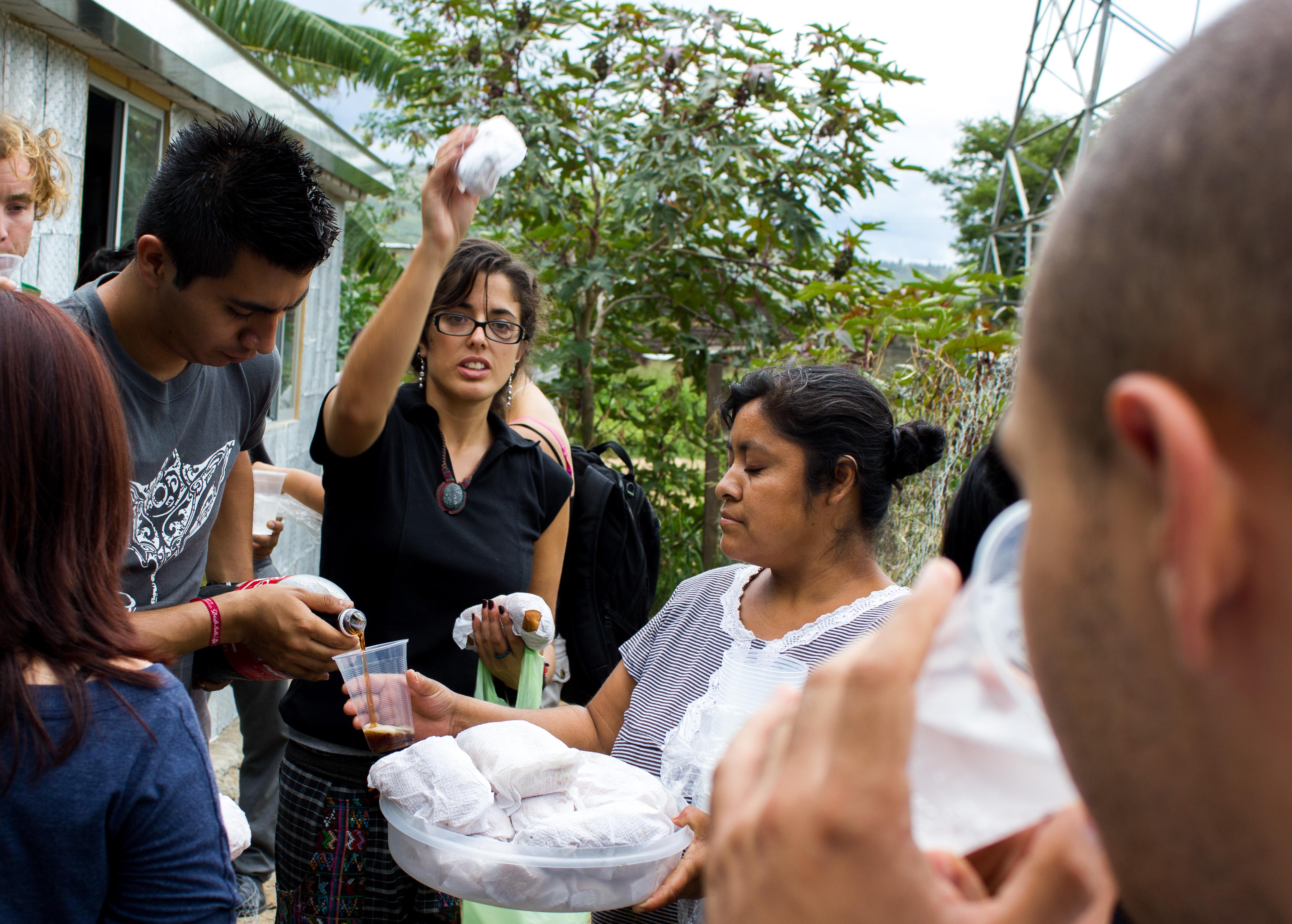 Волонтеры, строящие дома