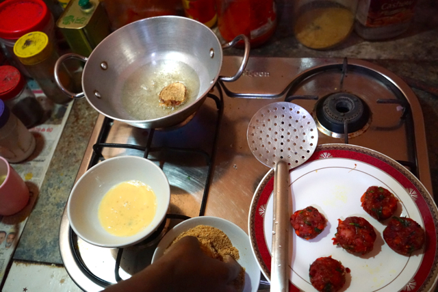 Heat any vegetable oil and fry the cutlets until the brown color.